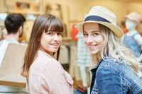 Zwei Frauen als junge Kunden