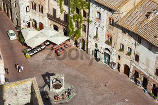 Piazza della Cisterna von oben in San Gimignano, Toskana, Italien