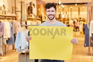 Mann hält leeres Schild als Werbung für Mode