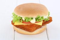 Fischburger Fisch Burger Backfisch Hamburger Käse Tomaten Salat Holzbrett
