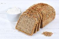 Brot Mehrkornbrot Vollkornbrot Kornbrot geschnitten Scheibe auf Holzplatte