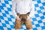 Bayerischer Mann mit brauner Oktoberfest Lederhose