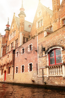 Unterwegs per Boot auf der Groenerei mit mittelalterlichem Gebäude in Brügge