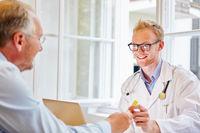 Arzt erhält von Patient Urinprobe