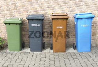 Vier Mülltonnen Grün, Schwarz, Braun, Blau