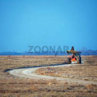 Maschine fährt zur Arbeit am Neusiedlersee