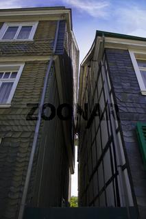 Schiefergebäude die sich fast berühren