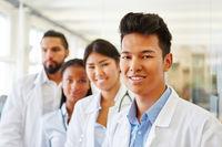 Asiatischer Assistenzarzt im Ärzteteam