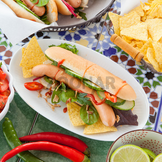 Frische Hot Dogs mit Tortilla Chips