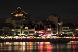 Blick über den Singapore-River auf Boat Quay