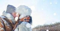 Verliebtes Paar im Winter im Schnee