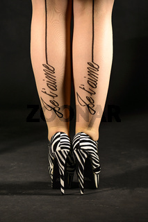 junge Frau mit Zebra High Heels