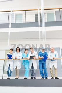 Gruppe junger und älterer Ärzte und Ärztinnen