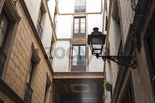 Blick nach oben zu einem kunstvoll verziertem Übergang zwischen zwei Häusern.