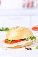 Brötchen Sandwich Baguette belegt mit Schinken Textfreiraum Copyspace Hochformat auf Holzbrett