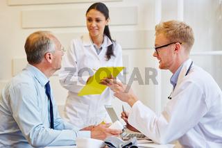 Ärzte besprechen Therapie mit Patient