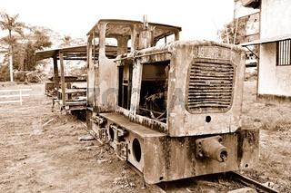 alte Diesellokomotive der Zuckerplantage Marienburg Suriname sepia