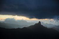 Nebel im Gebirge von Gran Canaria mit Roque Bentayga
