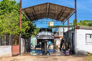 Grauer Oldtimer in der Werkstatt in Havanna Cuba - Serie Kuba Reportage