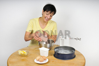 Kuchen backen - Woman baking a cake