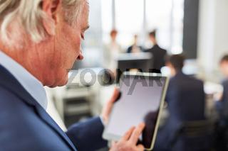 Business Mann mit Tablet Computer