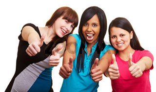 Drei Frauen halten Daumen nach oben