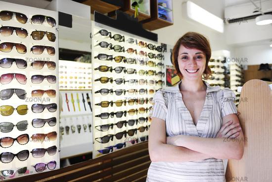 Ladenbesitzer: Verkäuferin im Laden mit Sonnenbrillen