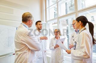 Ärzte in einer Schulung diskutieren
