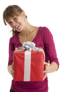 junge Frau mit einem Geschenk