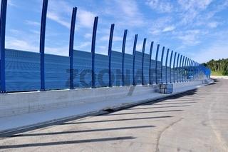 Lärmschutzwand mit Metallelementen im Aufbau