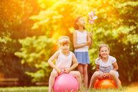 Kinder spielen mit Ball im Garten