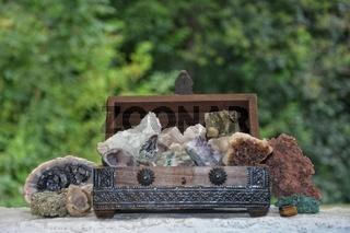 Mineralien - Sammlung  in und neben einer Holzkiste