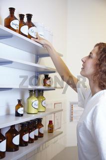 Greifen nach Apothekenglas