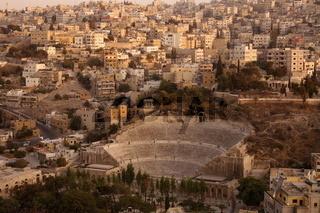 Das Stadtzenttum der Jordanieschen Hauptstadt Amman mit Sicht auf das Hashemite Quartier mit dem Roemischen Theater