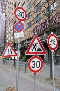 Viele Verkehrsschilder auf einer Stelle als Symbolbild für 'Schilderwald'
