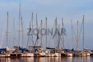 Seegelboote im Reriker Yachthafen