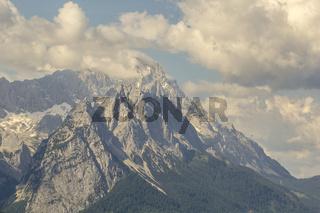 Panorama von Garmisch-Partenkirchens Zugspitze im Sommer.