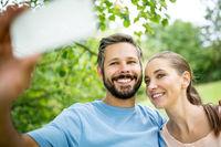 Verliebtes Paar macht ein Selfie