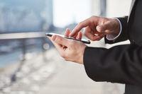 Business Mann schreibt eine SMS