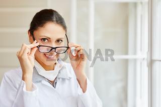 Freundliche Frau als Ärztin