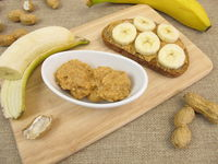 Bread with banana and peanut butter