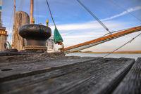 Hafen und Schiff am Meer