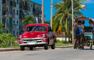 Amerikanischer roter Oldtimer auf der Strasse in Santa Clara Kuba