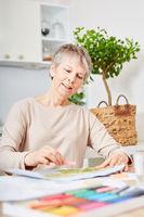 Demente Seniorin malt mit Kreide