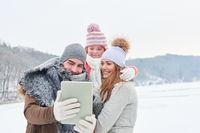 Familie macht Selfie im Winter Urlaub
