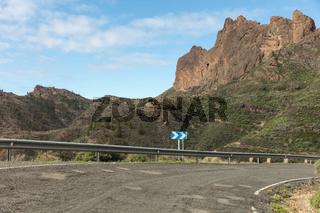 Leitplanke an Straße mit Kurve im Gebirge