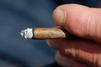 1 BA Mann raucht.jpg
