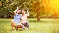 Paar mit Versicherung und Hausbau Konzept