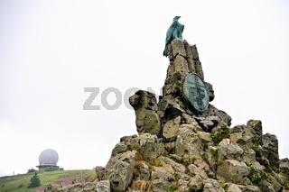 Fliegerdenkmal mit der ehemalige Radarkuppel auf der Wasserkuppe Rhön