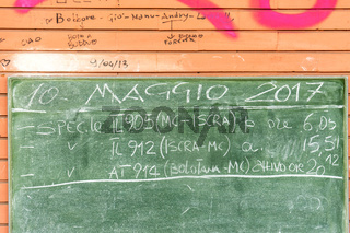 Fahrplan im Bahnhof von Macomer, Sardinien